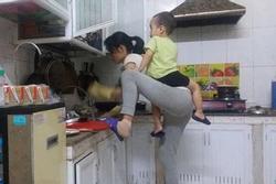Các bà mẹ 'siêu nhân' khi tay này ẵm con, tay kia 'cân cả bầu trời'