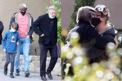 Alec Baldwin tiều tụy khi gặp chồng, con trai nữ quay phim bị bắn chết