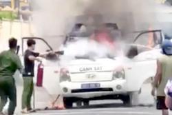 Ô tô chở phạm nhân bốc cháy dữ dội khi đang di chuyển trên đường
