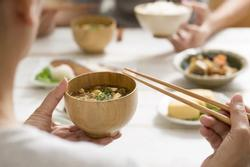 6 kiêng kị chớ phạm trong bữa ăn, điều số 3 được nhắc hàng ngày