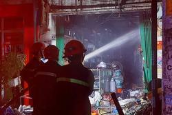 Cả xóm bị đánh thức giữa đêm bởi tiếng nổ lớn từ cửa hàng điện nước