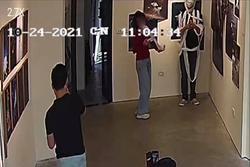 Nhóm bạn trẻ lấy giấy vệ sinh chụp ảnh, xả bừa bãi trong triển lãm