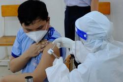 29 học sinh một trường tại TPHCM dừng tiêm vaccine Covid-19 vì đã là F0